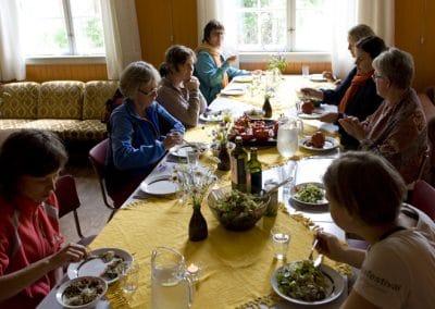 Maten er vegetarisk og i hovedsak økologisk. Det er rikelig med assorterte retter - både varm og kald mat. Vi kan også servere glutenfri mat ved behov.